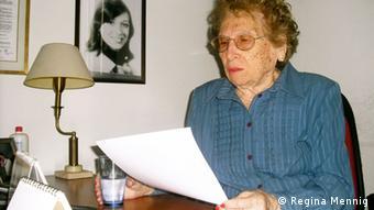 Rosa Tarlovsky de Roisinblit, die Vize-Präsidentin der Großmütter der Plaza de Mayo, in ihrem Büro der Großmütter-Organisation in Buenos Aires; im Hintergrund ein Foto ihrer verschwundenen Tochter Patricia (Foto: R. Mennig)