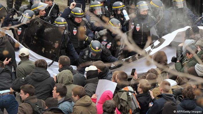 People clash with riot police during a demonstration against France's gay marriage law (Photo: PIERRE ANDRIEU/AFP/Getty Images)