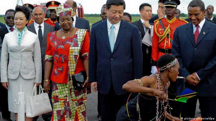 epa03639509 (L-R) China's new first lady Peng Liyuan, Tanzanian first lady Salma Kikwete, China_s new president Xi Jinping and Tanzanian president Jakaya Kikwete watch a traditional dancer as they are welcomed upon their arrival at Julius Nyerere International airport in the capital Dar es Salaam, Tanzania, 24 March 2013. The Chinese president is on a two-day visit to the country. EPA/STR BEST QUALITY AVAILABLE +++(c) dpa - Bildfunk+++