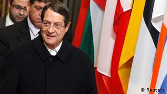 Der zyprische Präsident Anastasiades vor Flaggen von EU-Ländern Photo: Reuters