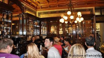 Ein traditionelles Kaffeehaus in Wien mit Gästen