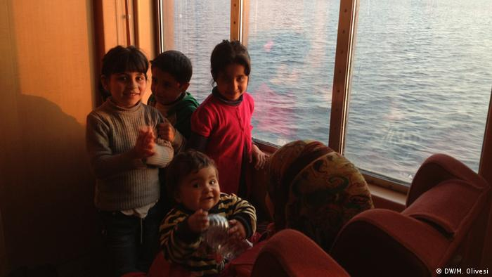 Syrian-Palestinian refugees wake up as the ferry boat approaches Athens. Copyright: Marine Olivesi, DW Mitarbeiterin, March 2013
