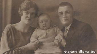 Familienbild aus dem Privatarchiv von Zygmunt Rychlicki, einem polnischen Verwandten der deutschen Bundeskanzlerin Angela Merkel. Es zeigt Merkels Großeltern Greta und Ludwig Kasner mit Vater Horst als Baby. (EPA / Jakub Kaczmarczyk)