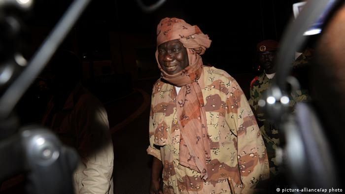 Central African Republic rebel leader Michel Djotodia is met by journalists as he arrives ahead of planned peace talks with the Central African Republic's government (Photo: picture-alliance/ap photo)