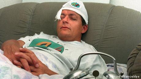 Ein schlafender Mann, der eine Mütze trägt (picture-alliance/dpa)