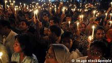 Bildnummer: 52946703 Datum: 25.03.2009 Copyright: imago/Xinhua Gedenken an die Opfer des Unabhängigkeitskrieges von 1971 in Dhaka - Bangladesch - PUBLICATIONxNOTxINxCHN, Personen , Restlichtaufnahme; premiumd, 2009, Dhaka, Bangladesch, Politik, Kerze, Kerzen; , quer, Kbdig, Totale, , Gesellschaft, Asien Bildnummer 52946703 Date 25 03 2009 Copyright Imago XINHUA Remembrance to the Victims the Independence war from 1971 in Dhaka Bangladesh PUBLICATIONxNOTxINxCHN People Residual light recording premiumd 2009 Dhaka Bangladesh politics Candle Candles horizontal Kbdig long shot Society Asia