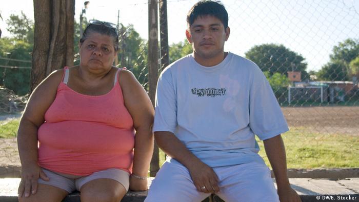 Gomez and Rodriguez in Villa Moreno, behind them is the football pitch where Mono was shot dead Das Foto wurde im Februar 2013 von Ed Stocker (DW freier Mitarbeiter) in Rosario, Argentinien gemacht. Copyright: DW/Ed Stocker