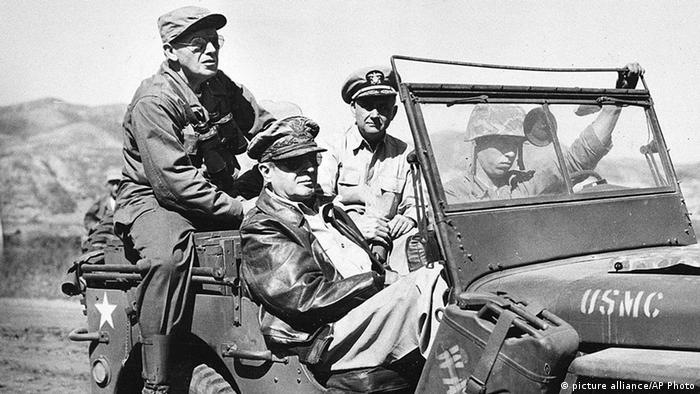 Korea Krieg 1950 US General Douglas MacArthur (picture alliance/AP Photo)