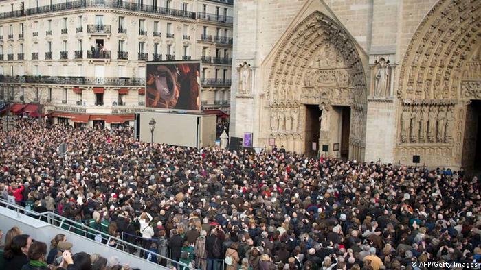 Multidão diante dos portais da Notre-Dame