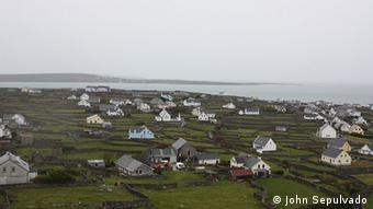 Inis Oirr, the smallest of the Aran Islands, is located at the mouth of Galway Bay. The proposed farm would process 15,000 tonnes of salmon about a mile from the island. John Sepulvado ist der Fotograf. Alle Bilder sind vom Februar 2013. Ein Erlaubnis zur dauerhaften Benutzung der Bilder auf www.dw.de liegt vor. ACHTUNG: NIEDRIGE AUFLÖSUNG, BITTE NUR IM TEXT NUTZEN, NICHT ALS ARTIKELBILD. BILDER IN HÖHERER AUFLÖSUNG WERDEN HEUTE NACHMITTAG (26.3.) NACHGELIEFERT
