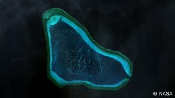 Landsat-7-Bild des Scarborough-Riffs im Südchinesischen Meer 23 February 2000 Quelle: Wikimedia commons http://www.oceandots.com/pacific/scarborough/scarborough2.php