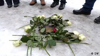 Roses over the stepping stone in Berlin dedicated to Paula Dienstag (Photo: DW)