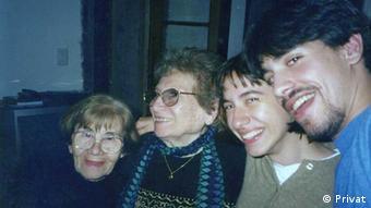 Argentina Rojo de Pérez und Rosa Tarlovsky de Roisinblit - die Großmütter von Guillermo Pérez Roisinblit - sowie die Geschwister Mariana und Guillermo Pérez Roisinblit an Guillermos erstem Geburtstag, den er mit seiner leiblichen Familie feiern konnte (Foto: privat)
