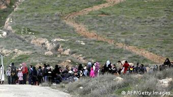 Aus Syrien fliehen Menschen über die Grenze nach Jordanien (Foto: KHALIL MAZRAAWI/AFP/Getty Images)