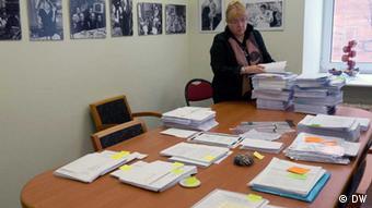 Geschäftsleiterin der Menschenrechtsorganisation Memorial, Elena Zhemkova, bereitet sich für die Kontrollen vor Foto: Egor Winogradow
