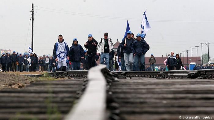 Marcha de los Vivos por el sendero que llevaba a la muerte a los judíos de Auschwitz.