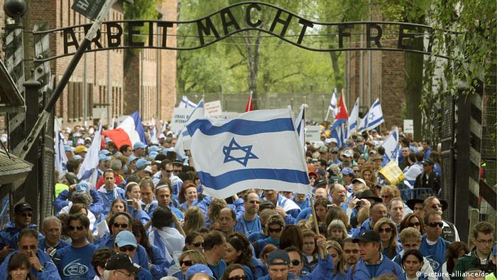 Jews from all over the world as well as Poles take part in Oswiecim in the 17th March of the Living at the site of the former German Nazi Auschwitz death camp on 01 May 2008. Marches of the Living have been organised since 1988 by the Israeli Ministry of Education in cooperation with the March of the Living organisation on Holocaust Remembrance Day (Yom HaShoah). EPA/Jacek Bednarczyk POLAND OUT +++(c) dpa - Bildfunk+++