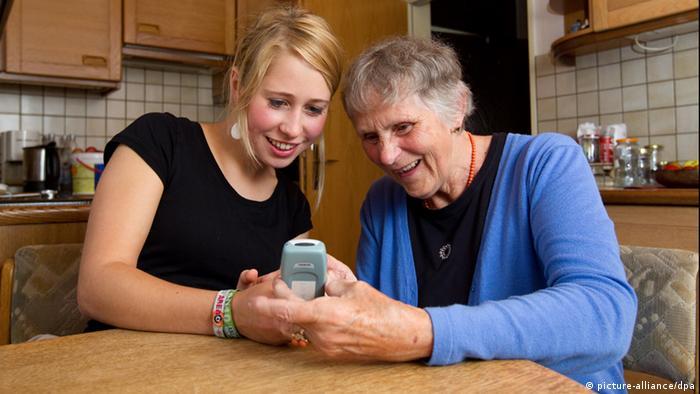 Sarah and the 78-year-old Klara Fürst Photo: Friso Gentsch dpa/lnw