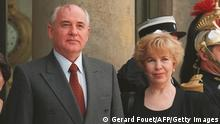 PARIS, FRANCE: Soviet president Mikhail Gorbachev (L) and his wife Raisa pose on the steps of the Elysee Palace during an official visit to France 03 November 1994. (Photo credit should read GERARD FOUET/AFP/Getty Images)