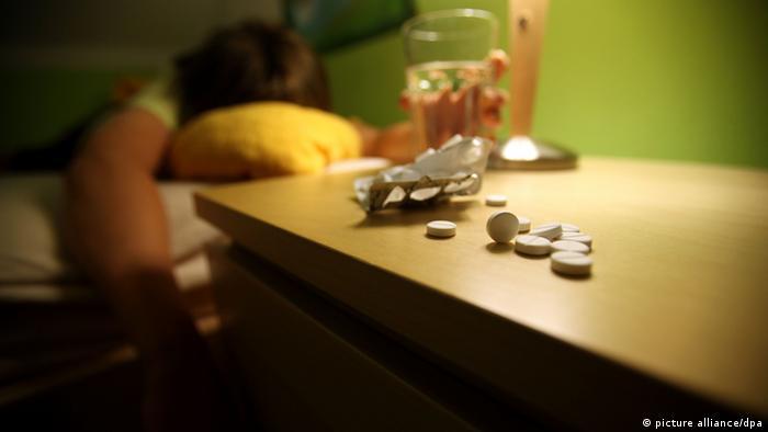 ILLUSTRATION - ARCHIV - -Ein Jugendlicher liegt am 24.06.2010 in Leichlingen in seinem Bett, auf dem Nachtisch liegen Schlaftabletten. Rund 10 000 Menschen töten sich in Deutschland im Jahr selbst - die Einwohnerzahl einer Kleinstadt. Erschreckend: Viele junge Leute begehen Selbstmord oder versuchen es. Suizid ist bei Jugendlichen die zweithäufigste Todesursache. Laut Statistischem Bundesamt sind nach den jüngsten Zahlen (2008) 9451 Menschen freiwillig aus dem Leben geschieden. Foto: Oliver Berg dpa/lnw (zu Korr.-Bericht Jugendliche töten sich selbst - Versagen und Verlassensein vom 13.07.2010) +++(c) dpa - Bildfunk+++