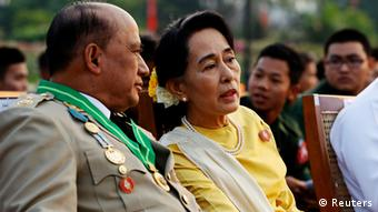 Myanmars Oppositionsführerein Suu Kyi im Gespräch mir dem stellvertertenden Minister für Grenzangelegenheiten, Generalmajor Zaw Win (L) (Foto: Reuters)