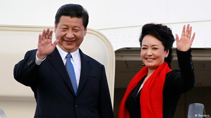Chinese President Xi Jinping (L) and First Lady Peng Liyuan bid farewell as they board their plane to depart from the Julius Nyerere International Airport in Dar es Salaam, Tanzania, March 25, 2013. China's new president told Africans on Monday he wanted a relationship of equals that would help the continent develop, responding to concerns that Beijing is only interested in shipping out its raw materials. REUTERS/Thomas Mukoya (TANZANIA - Tags: POLITICS TPX IMAGES OF THE DAY)