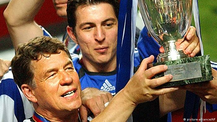 Greece coach Otto Rehhagel holds the trophy as he celebrates with his players (photo: AP Photo/Luca Bruno)