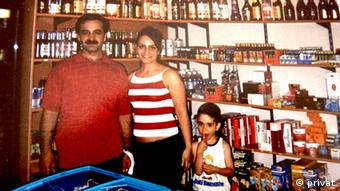 Mordopfer Mehmet Kubasik (I.) mit zwei seiner Kinder im Kiosk, in dem er erschossen wurde (Foto: privat)