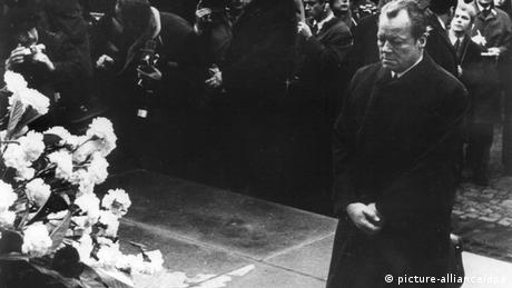Chancellor Willy Brandt kneeling before the memorial to the Warsaw Ghetto Uprising on Dezember 7, 1970 Copyright: dpa