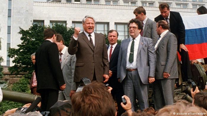 Борис Ельцин на танке перед Белым домом в Москве, 19 августа 1991 года