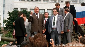 Boris Yeltsin stands on top of a tank outside the Russian White House in August 1991. (Photo: DPA)