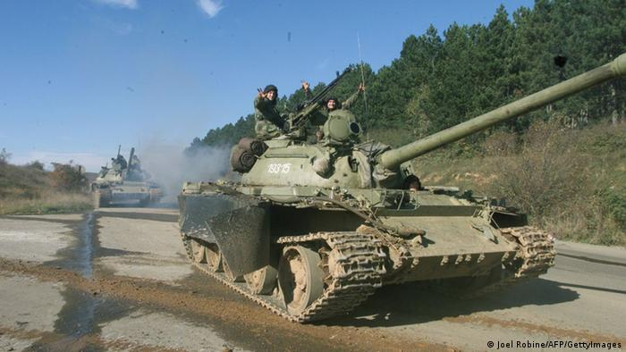 Kosovo Krieg - serbische Panzer 29.10.1998