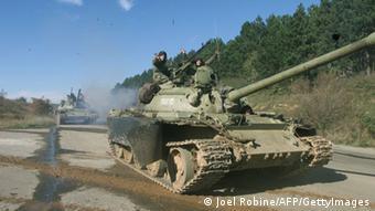DW 60 Jahre Kosovo Krieg serbische Panzer 29.10.1998 (Joel Robine/AFP/GettyImages)