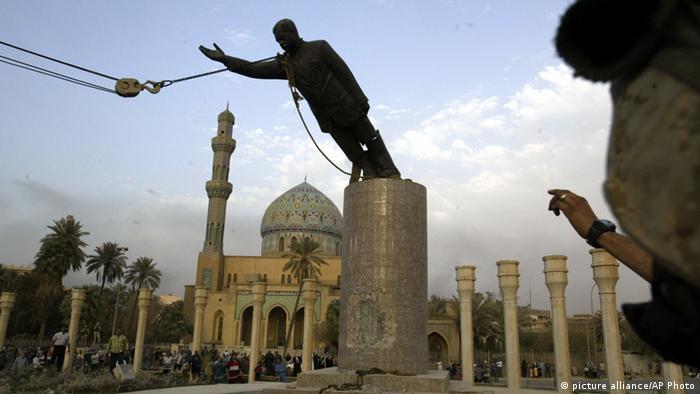Estátua de Saddam sendo derrubada.