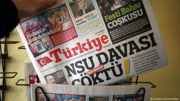 Ein Mann hält am 27.031.2013 in Köln (Nordrhein-Westfalen) die türkische Tageszeitung Turkiye in der Hand, auf dessen Titel über die Behandlung türkischer Medien vor dem NSU-Prozess berichtet wird. Nach der Veröffentlichung der Akkreditierungsliste bekommt kein türkisches Medium einen von 50 festen Journalisten-Plätze im Gerichtssaal. Die Foto: Oliver Berg/dpa