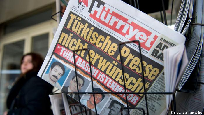 The headline Türkische Presse nicht erwünscht (Turkish press not wanted) can be seen on the 27.03.2013 European edition of Hürriyet newspaper; this edition is on sale at a news stand in Düsseldorf (Photo: Daniel Naupold/dpa)