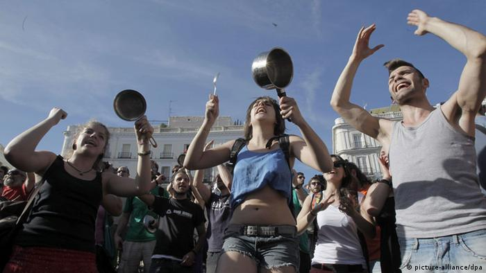 FILE - epa03220429 Demonstrators bang pots and pans at the Puerta del Sol Square in Madrid, Spain, 15 May 2012, where 'indignants' gather to mark the first 15-M movement anniversary. A year after the 'indignants' protests, all groups that started the 15-M movement have been gathering and protesting during the weekend at various cities all over the country to remember their 'indignation' is still the same and to stress that now there are even more reasons to protest against the austerity measures approved by the Government. Spain is suffering the OECD highest unemployment rate of 24 per cent in the first quarter of 2012. EPA/KIKO HUESCA (zu dpa:OECD legt Wirtschaftsausblick vor vom 27.11.2012) +++(c) dpa - Bildfunk+++