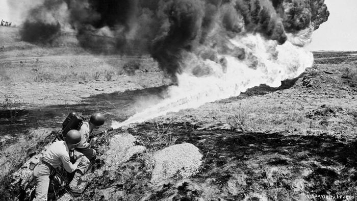 Korea Krieg 1951 US Soldaten Flammenwerfer