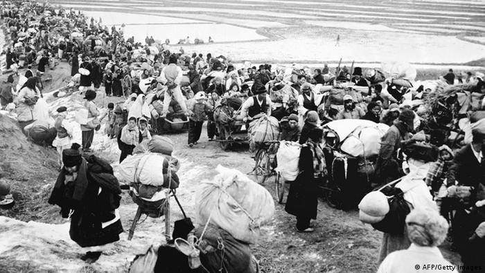 (Unlocated picture taken 18 January 1951, shows Korean refugees fleeing to the south, as they are passing by frozen rice fields. (Photo: AFP/Getty Images)