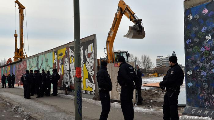 Berlin East Side Gallery Mauer Abriss Protest Polizei Media Spree Gentrifizierung FREI FÜR SOCIAL MEDIA