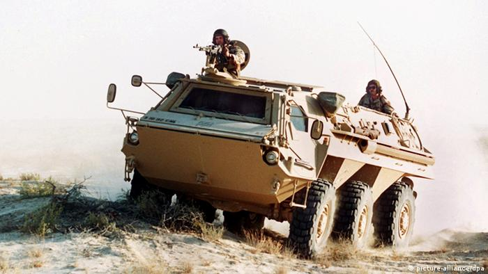 [2488014] Golfkrise: Spürpanzer Fuchs in der saudischen Wüste Der deutsche Spürpanzer Fuchs, der der US-Armee zur Verfügung gestellt wurde, in der Wüste von Saudi-Arabien, aufgenommen am 28. September 1990. Die Golfkrise hatte am 2. August 1990 mit dem Einmarsch irakischer Truppen nach Kuwait begonnen. Am 17. Januar 1991 brach der Golfkrieg mit der Bombardierung Bagdads durch multinationale Truppen aus und wurde nach dem Einlenken Iraks am 28. Februar mit der Einstellung aller Kampfhandlungen beendet.