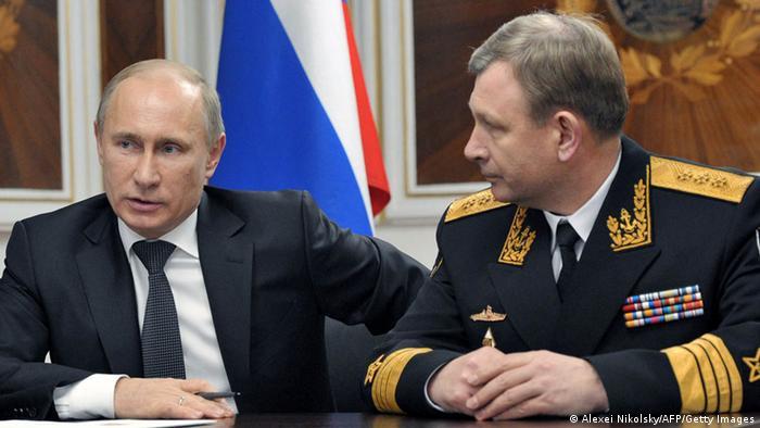 Russlands Präsident Wladimir Putin (lks.) und Marinechef Viktor Tschirkow (Foto: Getty Images)