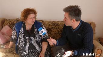 Our reporter Bahri Cani speaking with Vesvije in Mitrovica Die DW darf diese von mir Bahri Cani gemachte Bilder, ohne Einschränkungen benutzen. Zulieferer: Bahri Cani
