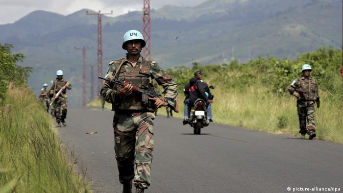 United Nations troops patrol a road in eastern DRC EPA/STEPHEN MORRISON +++(c) dpa - Report+++