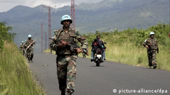 UN-Blauhelme patroullieren auf einer Landstraße zwischen Goma und Sake, DR Kongo, 04.11.2008(picture-alliance/dpa).