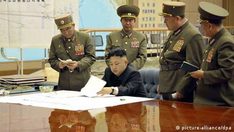 Nordkorea / Kim Jong Un / Militärs (picture-alliance/dpa)