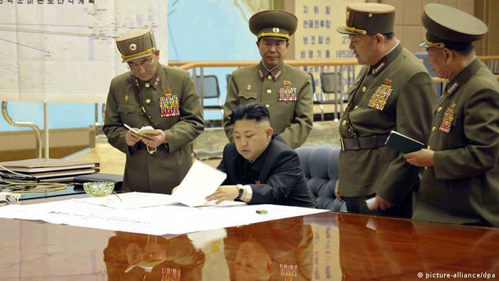 Prema podacima navedenim u Globalnom indeksu o naoružanju Sjeverna Koreja je 2017. godine raspolagala sa 76 podmornica, 5.025 tenkova i 458 borbenih aviona. Na ovoj fotografiji (2013) sjevernokorejski vođa Kim Jong Un se nalazi u komandnoj centrali. On je ovom prilikom navodno naredio strateškim artiljerijskim snagama da budu u pripravnosti da napadnu ciljeve u SAD i Južnoj Koreji.