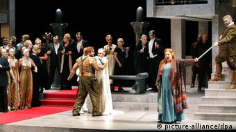 Im Mittelpunkt der Richard-Wagner-Festspiele in Bayreuth steht die Neuinszenierung von Wagners vierteiligem Hauptwerk Der Ring des Nibelungen: Götterdämmerung - Siegfried (l, Stephen Gould), Brünnhilde (M, Linda Watson) und Hagen (r, Hans-Peter König) - Probenfoto vom 10.07.2006. Die Premiere ist am Montag (31.07.2006). Foto: Marcus Führer dpa/lby +++(c) dpa - Report+++