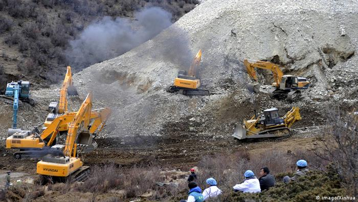 Copyright: imago/Xinhua LHASA, March 29, 2013 (Xinhua) -- Photo taken on March 29, 2013 shows the scene where a large-scale landslide hit a mining area in Maizhokunggar County of Lhasa, southwest China s Tibet Autonomous Region.