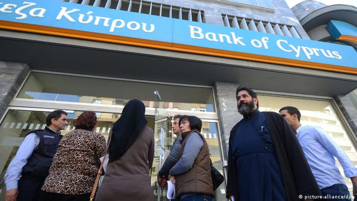 У здания банка на Кипре